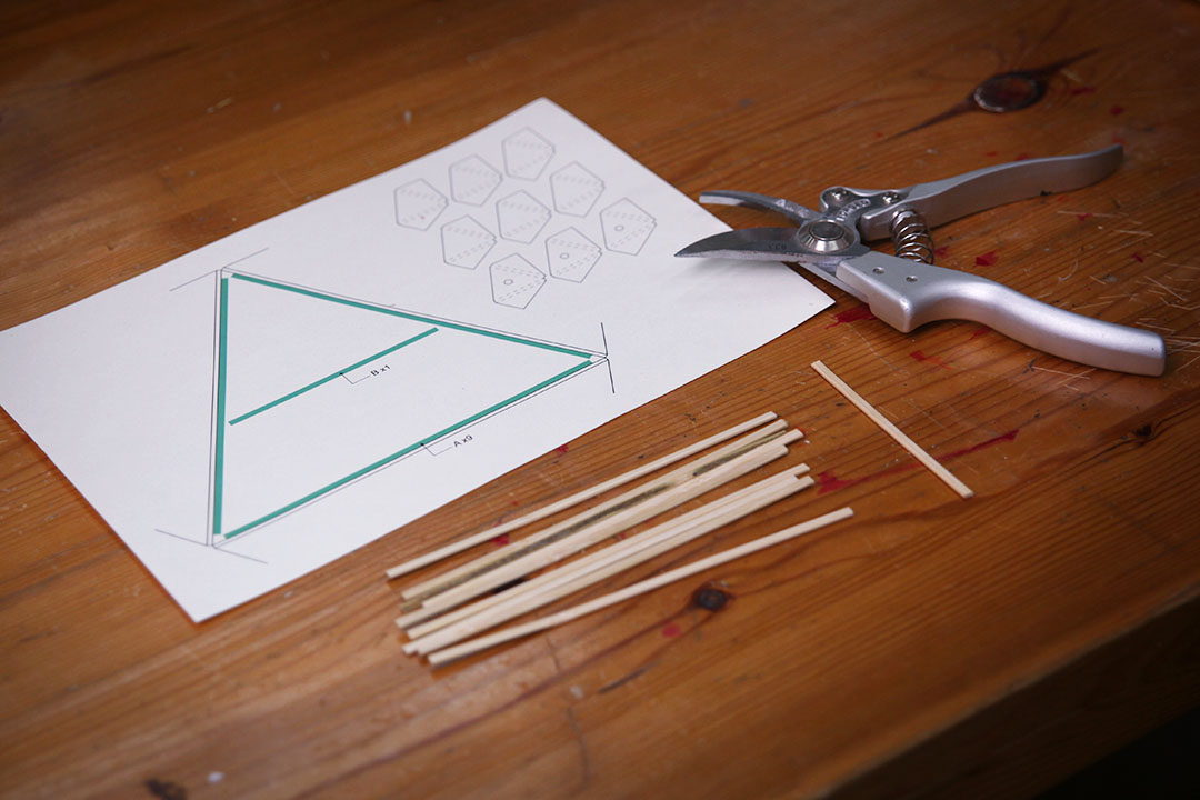 杨杰 手工纸灯笼制作流程-三角形灯笼  准备材料: 竹条,圆木棍,玉绳